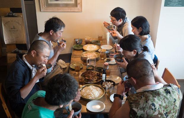 この日のまかないは、差し入れの小豆島のお素麺。みんなすごい勢い(笑)。