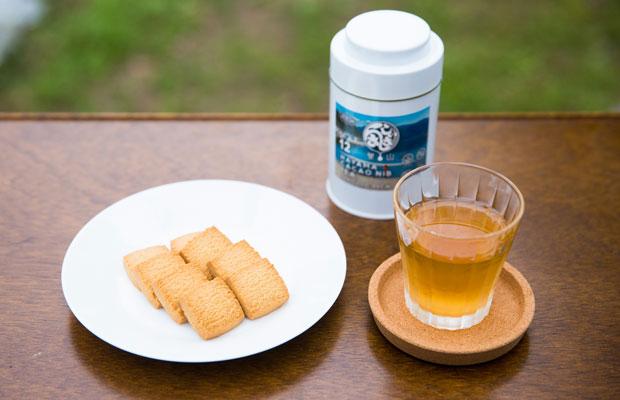 玄米クッキー〈BROWN RICE COOKIE〉と、粉砕したカカオ豆で淹れた〈HAYAMA CACAO NIB TEA〉。