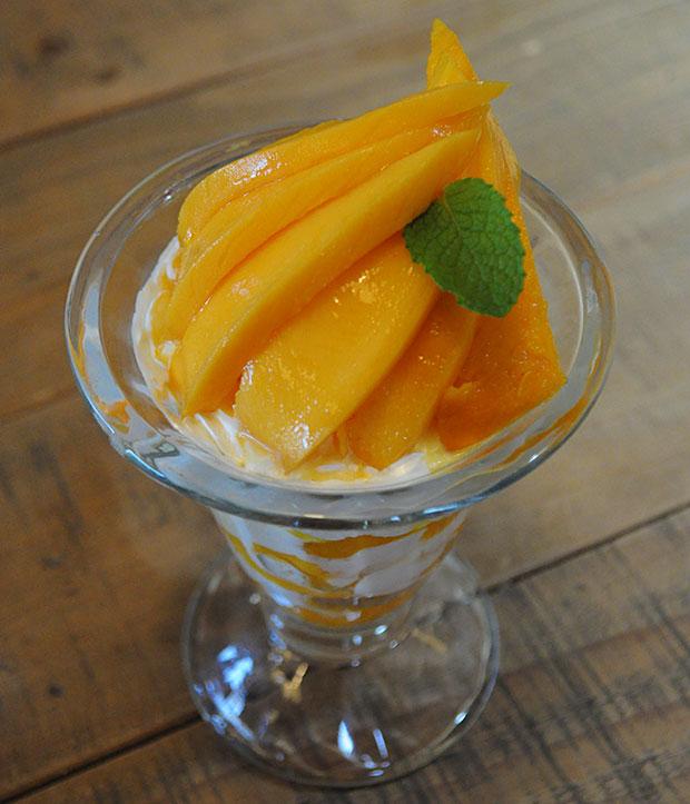 華やかな香りと、とろけるような舌触りのマンゴーパフェ。安藤果樹園で栽培した、フレッシュなマンゴーがたっぷり!