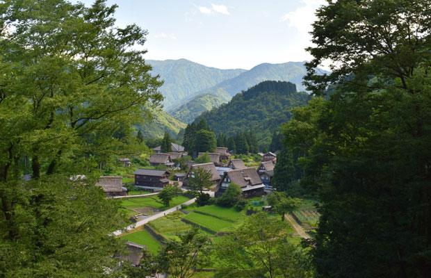 世界文化遺産に認定されている五箇山の相倉(あいのくら)合掌造り集落。(写真提供:南砺市観光協会)