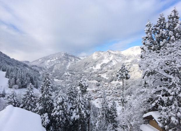石本さんが五箇山に移住して最初に借りた古民家からの眺め。絶景の展望が楽しめたというが、冬は50メートルほどの距離を除雪しなければ、国道まで出られなかったという。(写真提供:石本泉)