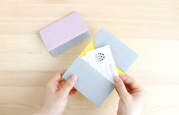 五箇山和紙を使った〈FIVE〉のカードケース。(写真提供:五箇山和紙の里)