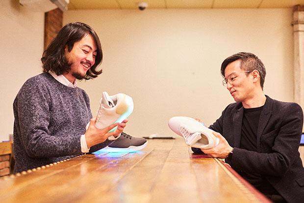〈no new folk studio〉代表の菊川裕也さん(左)と〈貝印〉商品本部デザイン室チーフマネージャーの大塚淳さんが再会した。