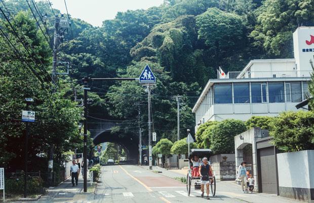 銭洗弁財天や佐助稲荷神社などがあり、観光客も多く足を運ぶ鎌倉・佐助。周囲には緑があふれ、散策するだけでも気持ちいいエリアだ。