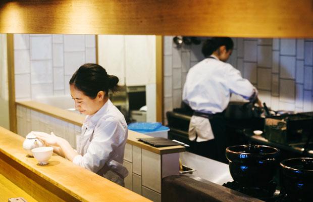 〈朝食 喜心 Kamakura〉のキッチン。スタッフたちの丁寧な接客が心地いい。