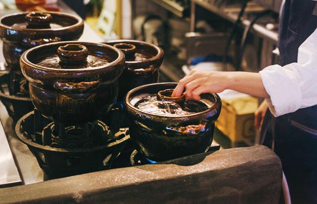 滋賀・彦根の作陶家が10年以上研究を重ねたという〈一志郎窯〉のご飯炊き専用土鍋。