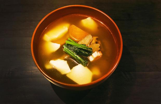 鎌倉・建長寺のレシピを伝承している料理研究家から教わったという〈朝食 喜心 Kamakura〉のけんちん汁。京都店、鎌倉店ともに、汁物には地場の食材がふんだんに使われている。