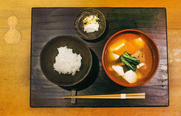 一飯一汁を基本とする〈朝食 喜心〉の朝食。手を加えすぎず、旬の素材の良さを生かしたシンプルな和朝食を、心を込めて提供している。