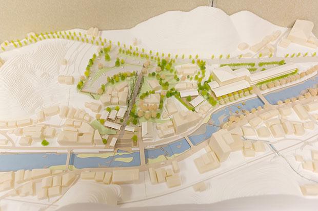 住民説明会では温泉街の将来像をイラストや模型で紹介。