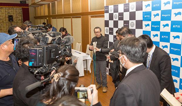 2018年2月、長門市での会議に訪れた星野代表を取材する多数のメディア陣。
