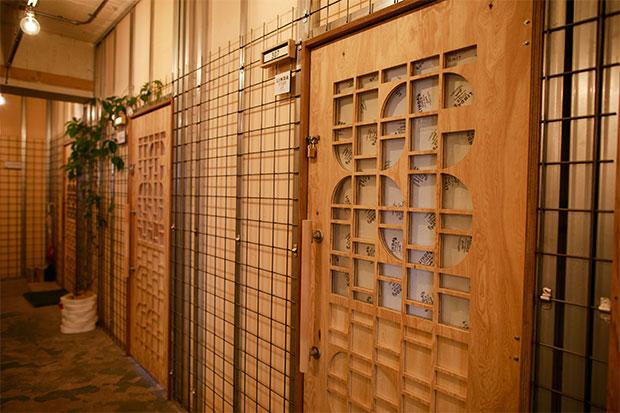 〈ヴィルド〉が製作した各オフィスの木製扉。
