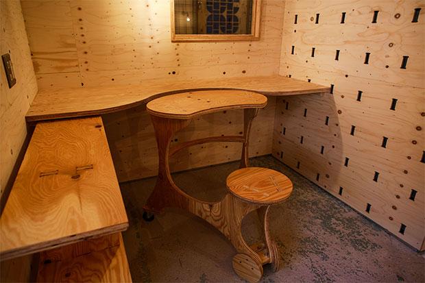 それぞれの「机一体型イス」を集合させることができて、打ち合わせなどに便利。