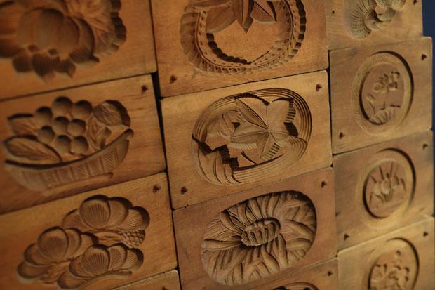 蔵に飾られていた、昔使っていたという菓子木型。