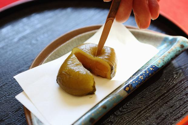 青紫蘇で包まれたもちもちの求肥の中にはほんのり梅が香る白餡が。それぞれの素材の味が生かされた上品なおいしさ。