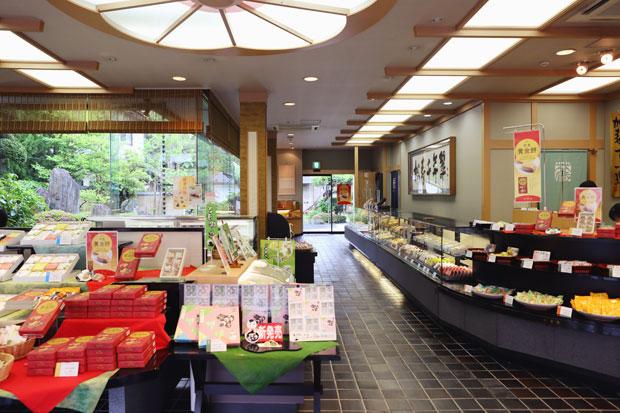 地主町の本店には、不動の人気を誇る〈ごま摺り団子〉と新商品〈平泉 黄金餅〉が並ぶ。