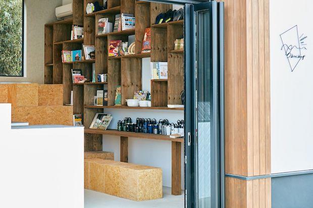 管理棟には代官山蔦屋書店がセレクトした本が並んでいます。