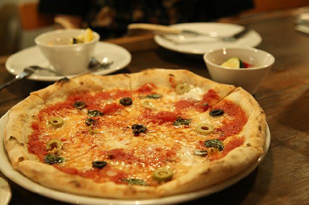 お店のスペシャリティのピザ「アルマジロ」と自家製ピクルス