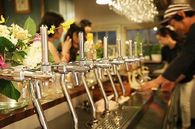美しく並ぶビールタップ