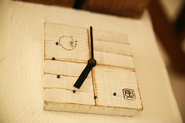 営業時間が17時〜22時であることを表す小粋な時計