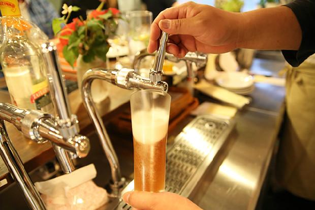 注がれていくオリジナルビールのアンバー・エール