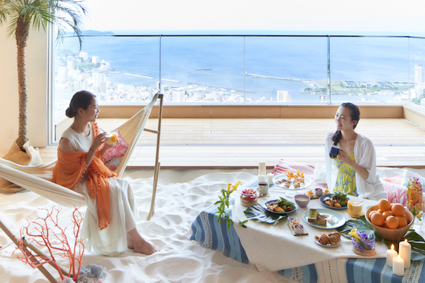 〈星野リゾート リゾナーレ 熱海〉ホテル最上階には、屋内にビーチを再現したカフェ「ソラノビーチ Books&Cafe」も。