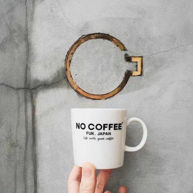 NO COFFEEのロゴマークとオリジナルマグカップ。
