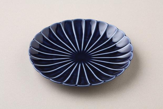 パリ本店で売られている茄子紺ブルーの皿