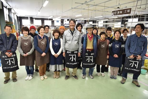 真ん中が現社長の伊藤克紀氏、前列左から3番目は女将の伊藤久子さん。二人三脚でカネコ小兵を製陶所を盛り上げています。