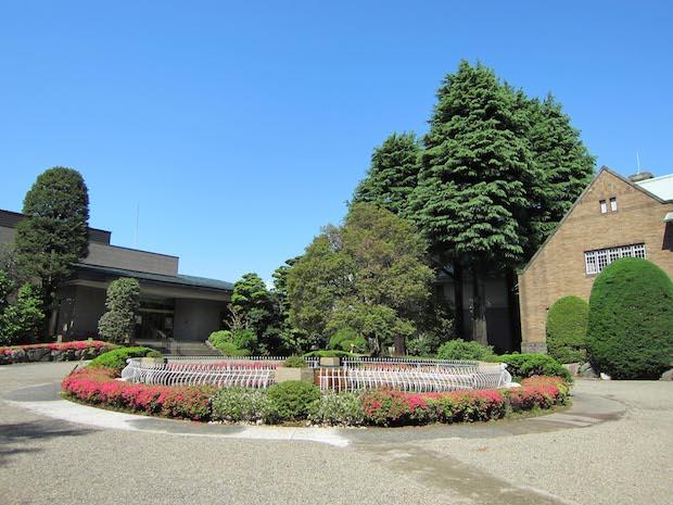 〈静嘉堂文庫美術館〉建築や庭園も素敵です。文庫の建物は大正時代のイギリス郊外住宅のスタイルを顕著に表すつくり。