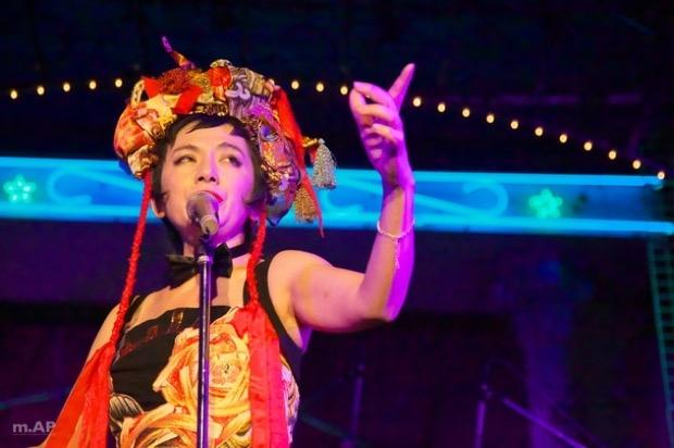 歌手の白崎映美さんによる伝説のキャバレーナイトショー