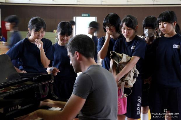 福島市蓬莱中学校でのパノスと子どもたちの出会い