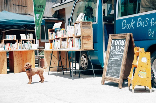 〈BOOK BUS by Value Books〉