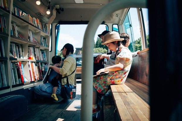 〈BOOK BUS by Value Books〉車内の様子