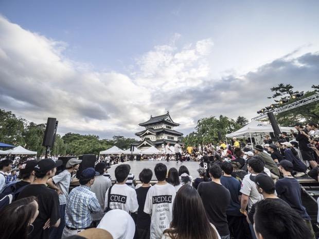 弘前城本丸が大観衆で埋め尽くされたSHIROFES.2016 (C)YASUTOMO OHSAWA (GLEAMWORKS)