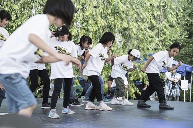 市内の学生やキッズダンサーたちのダンスショー