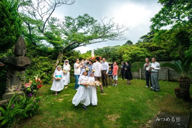 5月に行われる三井楽教会の聖母祭の様子を撮った1枚。マリア像を乗せたみこしを担ぎ、 祈りながらその地区内を回ります。