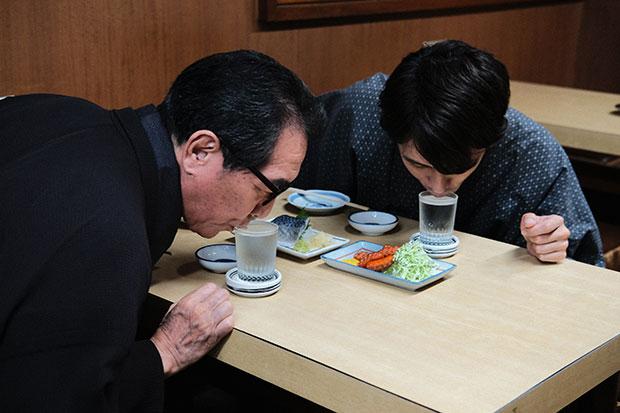 「おっと! こぼれるこぼれる……!」なみなみ注がれた日本酒に舌鼓を打つふたり。