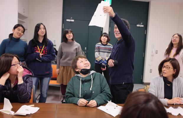 わたしが住む地域で、2016年11月、『『北海道アール・ブリュット 2016 in 岩見沢』』という障がい者とアートの関わりについて考えるイベントがあり、そこで駒形さんは基調講演とワークショップを行った。