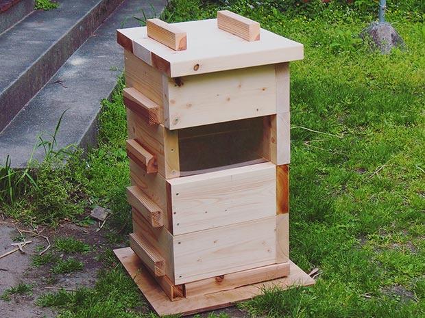 自信作の巣箱。ミツバチには大不評でした。悲しい。