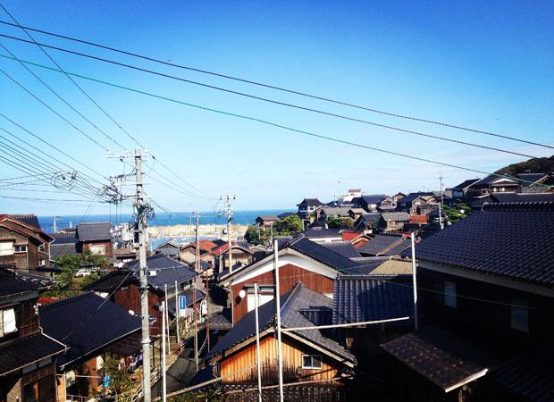京都市の中心市街地から京丹後市までは、車で約2時間の距離です。日本海ならではの壮大な海に面して、家々が並んでいます。