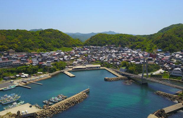 港を中心とした京丹後市丹後町間人のまち並み。坂道に家がひしめき合いとてもいい雰囲気です。