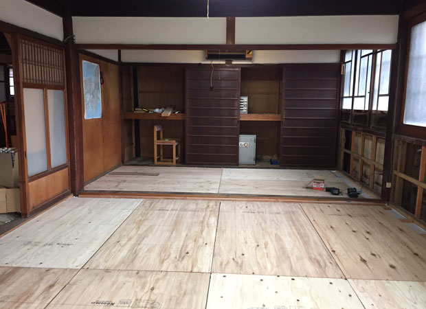 工事中の事務所の様子。できる箇所は自分でリノベ。床貼りや収納造作を行いました。