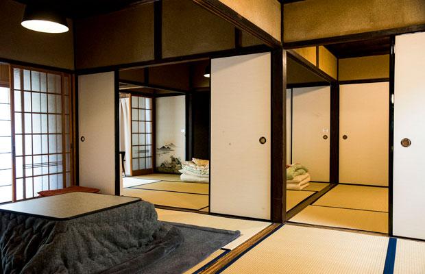 トティエが運営する移住体験施設〈黒田邸〉の部屋。空き家を改装して活用しています。短期滞在向けで、1日から利用可。1泊5800円(1棟あたり)。