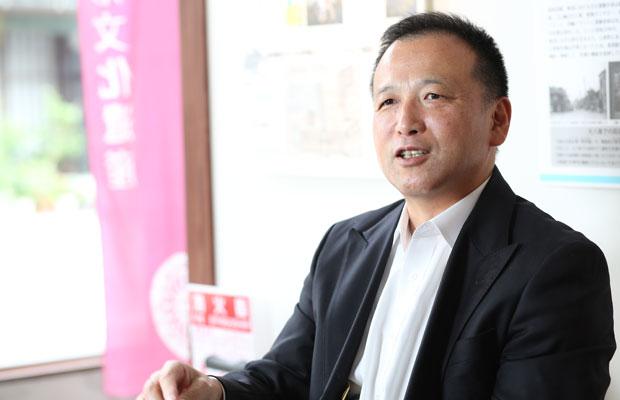秤の老舗〈塩崎商衡〉の社長であり、〈町衆高岡〉の社長も務める塩崎吉康さん。