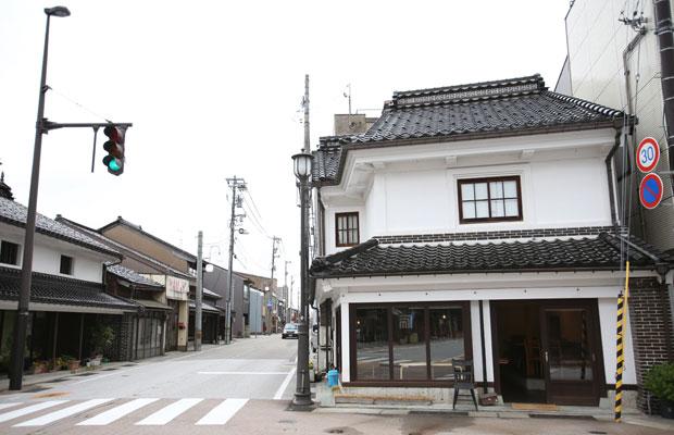 山町筋にある大菅洋介さんの〈COMMA,COFFEE STAND〉。