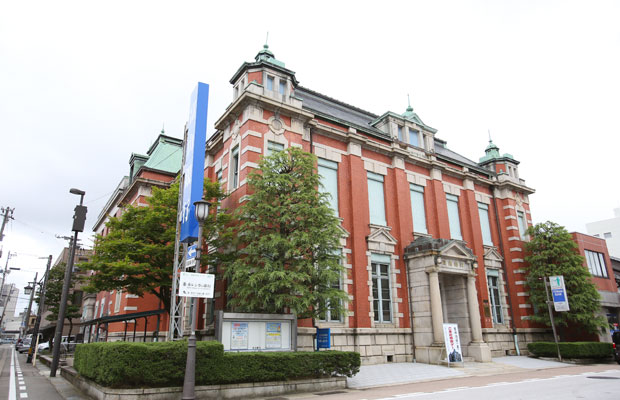 1914年に建てられた大正時代の洋風建築。清水組の田辺淳吉が設計し、辰野金吾が監修。現在は富山銀行本店として使われている。