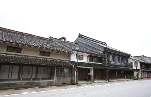 山町筋には、土蔵造りの町屋など古い建物が建ち並ぶ。