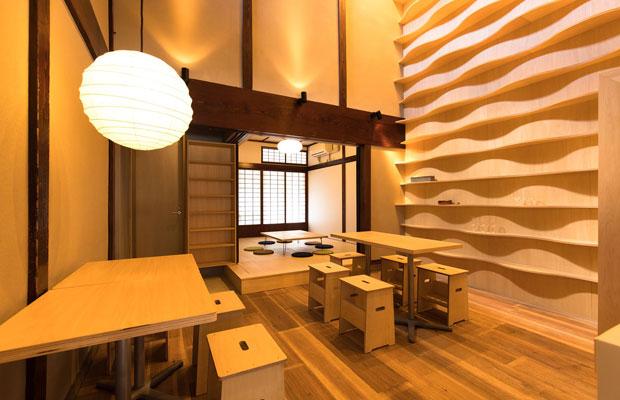 昆布締めと良質なお酒が売りの〈CRAFTAN〉。設計を担当した大菅さんによると、店内の棚の曲線は、昆布を表現しているのだとか。(写真提供:CRAFTAN)