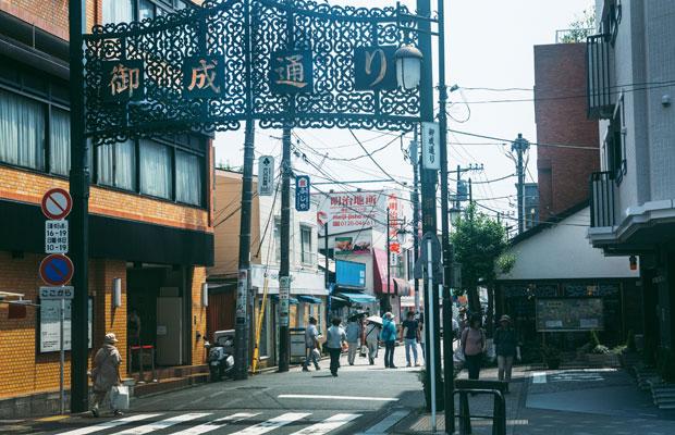「裏駅」と呼ばれる鎌倉駅西口から広がる御成通り。観光客で賑わう小町通りなどとは対象的な落ち着いた雰囲気の商店街の中に、カヤックのオフィスや〈まちの社員食堂〉がある。