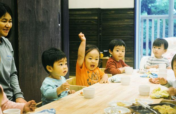 鳩サブレーで知られる鎌倉の老舗企業〈豊島屋〉とカヤックの協業によって立ち上げられた、まちの保育園 かまくら。0〜2歳までの子どもたちを対象にした保育園は、両社の社員以外にも開かれている。